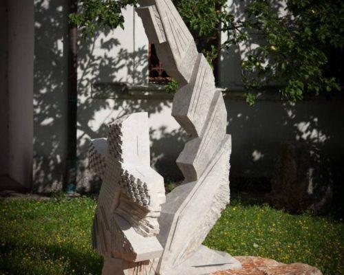 MAJKA KOJA MOLI sa strane, velika skulptura 250 cm